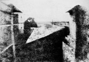 (1826'da Fransız Joseph Nicephore Niepce tarafından odasında dışarıyı çektiği fotoğraf)